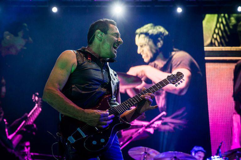 Divididos regresó al Cosquín rock, a 15 años de su último show, y puso la vara alta con una de las mejores presentaciones de la jornada. Distorsión, virtuosismo y clásicos de rock and roll