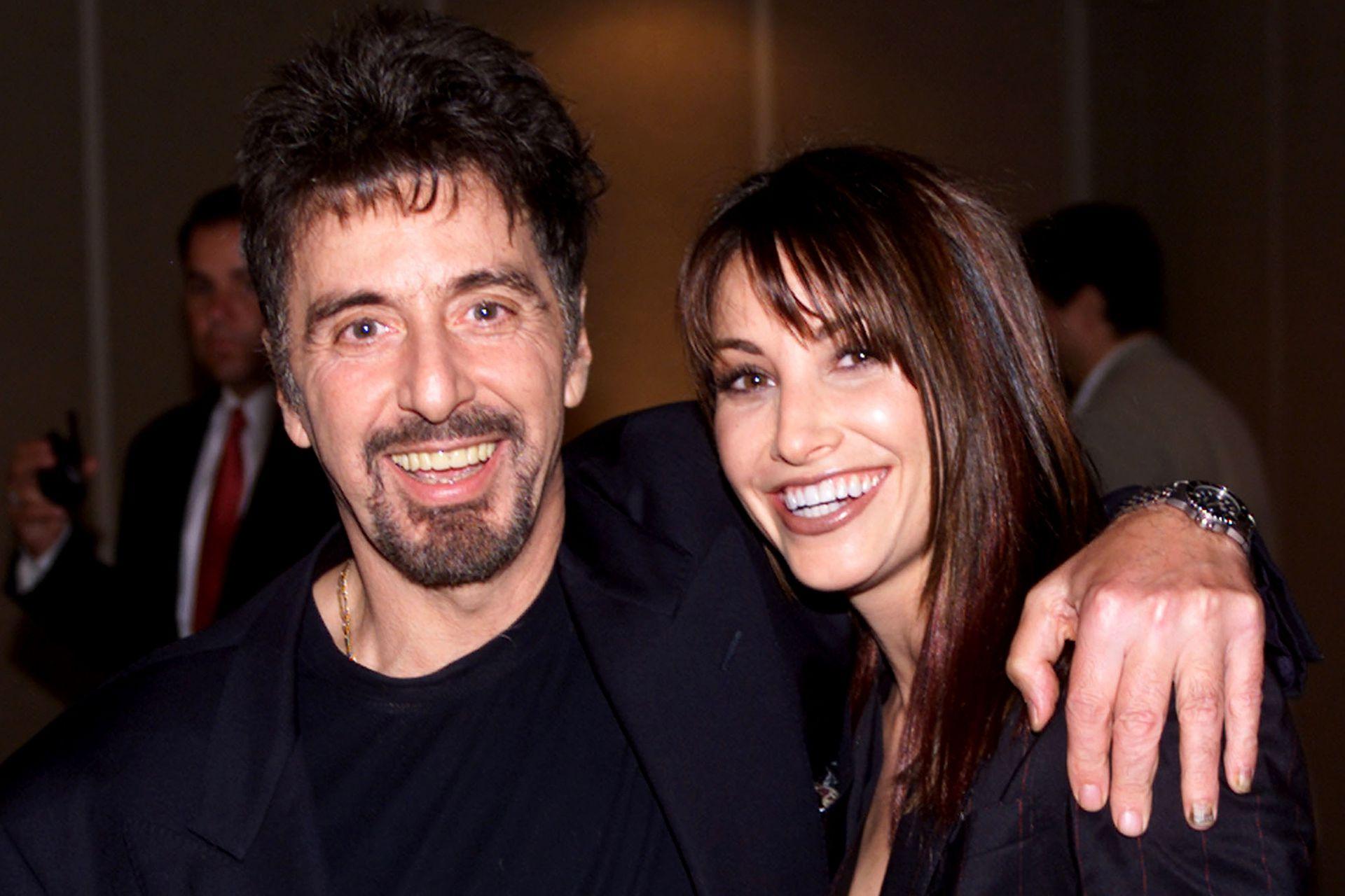 """Junto a Gina Gershon, protagonistas del nuevo drama """"The Insider"""", posan en el estreno de la película en Beverly Hills, en octubre de 1999"""