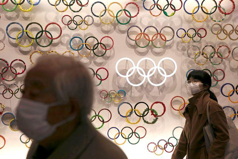 Dos personas usan máscaras mientras visitan el recién inaugurado Museo Olímpico de Japón ubicado cerca del Nuevo Estadio Nacional, el domingo 23 de febrero de 2020 en Tokio.