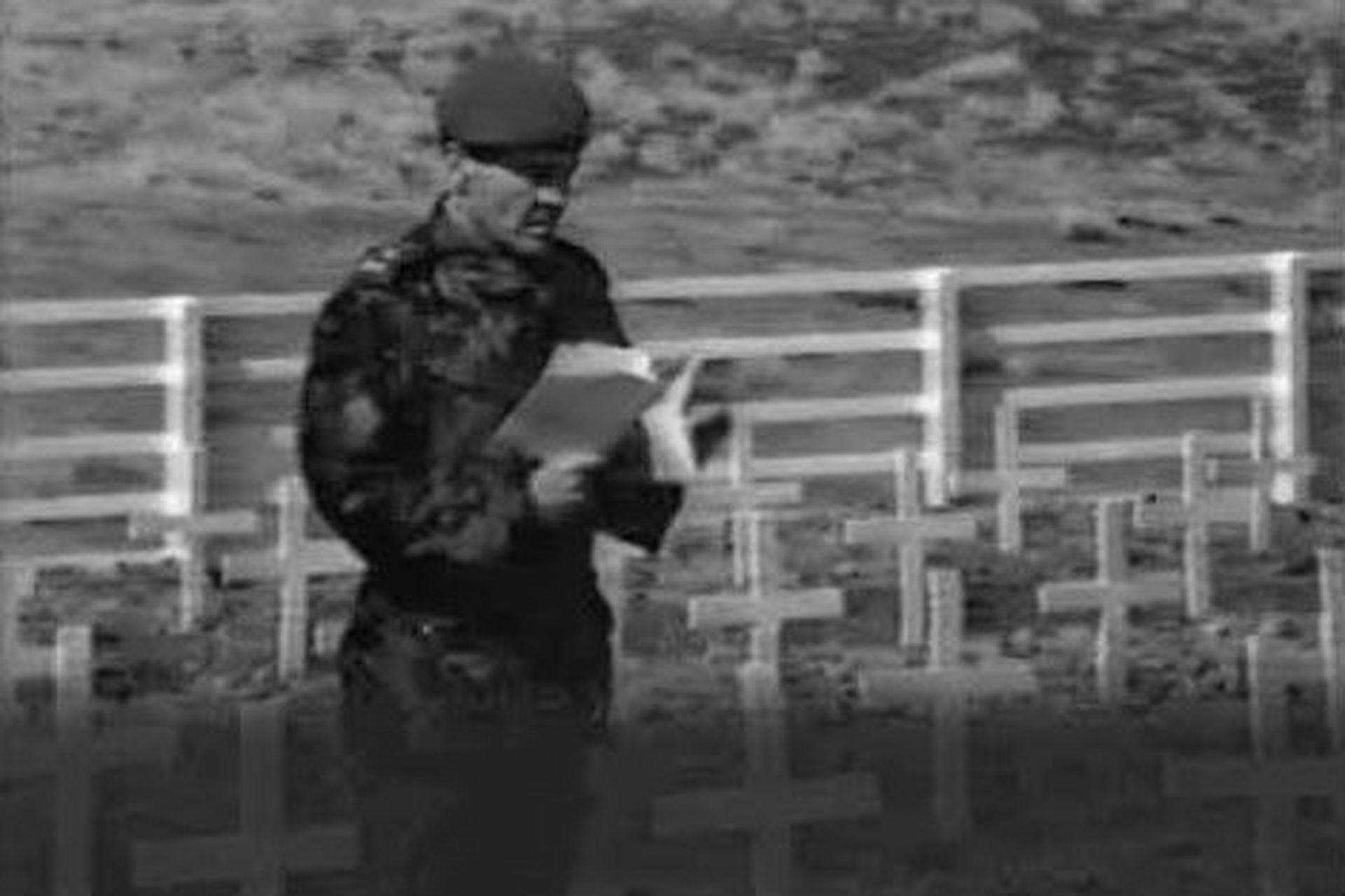 Cardozo en el cementerio de Darwin, en 1983