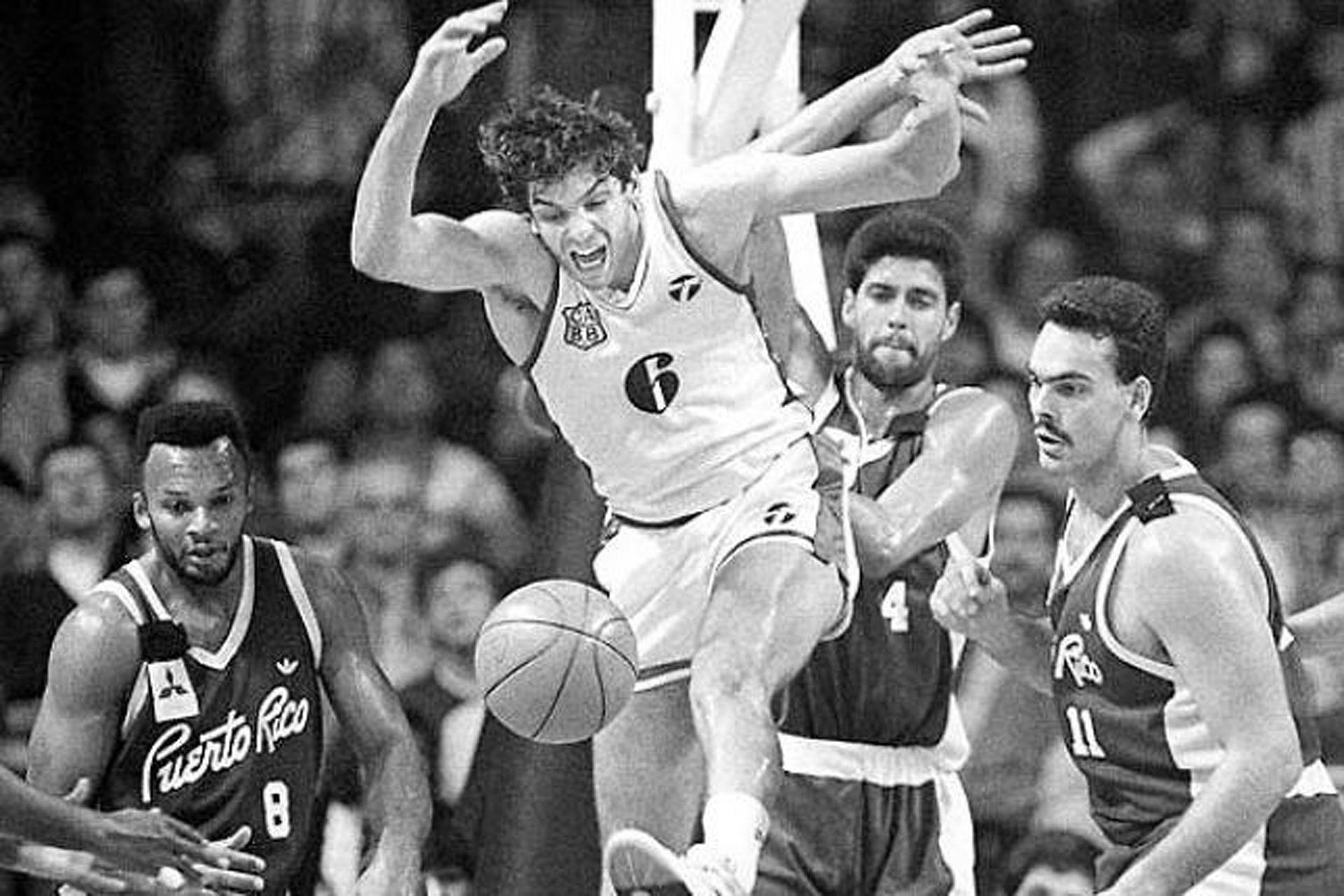 El pivote argentino Diego Maggi rodeado por tres glorias del básquetbol de Puerto Rico: Jerome Mincy, Piculín Ortiz y Ramón Rivas; el Mundial de 1990 no dejó buenos resultados para la Argentina, que finalizó en el octavo puesto