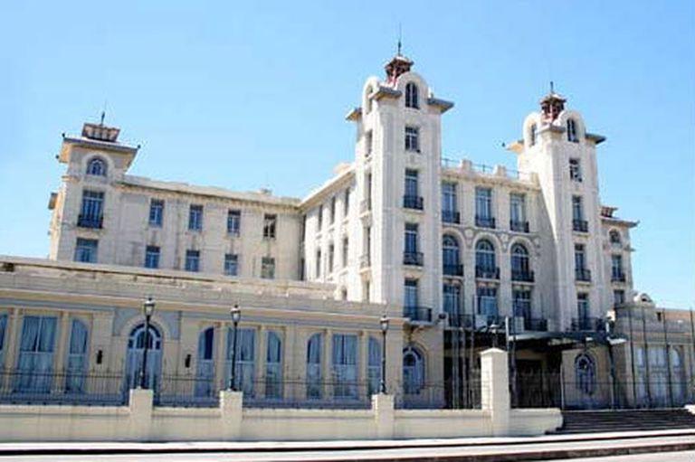 El edificio del Parlasur se ubica frente a la rambla de Montevideo