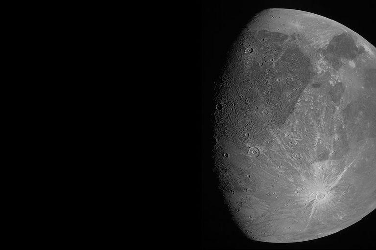 En esta imagen del 7 de junio de 2021 proporcionada por la NASA se muestra a Ganímedes, la luna más grande de Júpiter, mientras la sonda espacial Juno pasa cerca de ella. (NASA/JPL-Caltech/SwRI/MSSS vía AP)