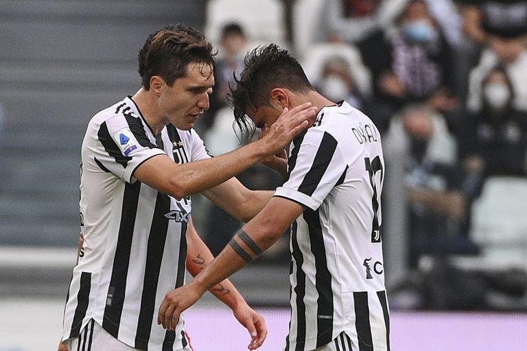 Federico Chiesa intenta consolar a Paulo Dybala, de la Juventus