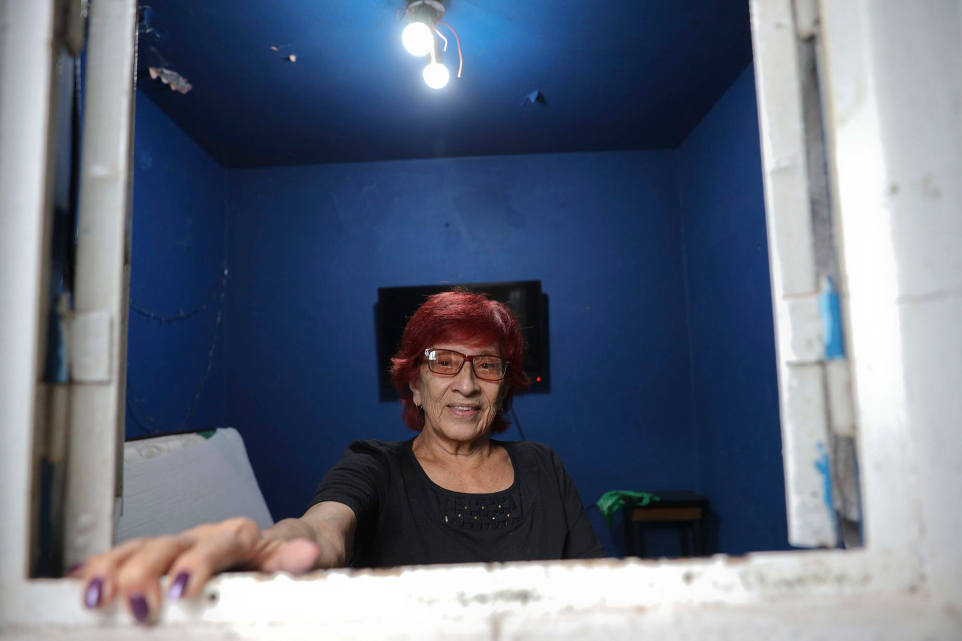Susana Acuña, la propietaria de la casa, en el famoso Cuartito Azul ubicado en el ingreso de la terraza de su casa