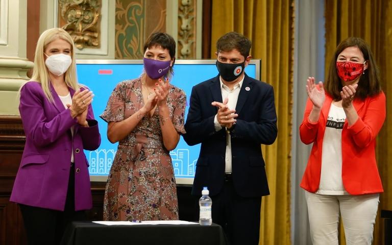 El gobernador Axel Kicillof, en el acto por el Día de la Mujer, con Verónica Magario, Mayra Mendoza y Estela Díaz