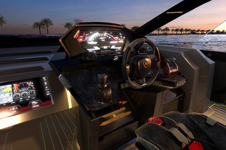 El panel de instrumentos reinterpreta a los de los automóviles italianos pero en estilo náutico. La cabina se completa con unos asientos ergonómicos tapizados en cuero y un volante deportivo