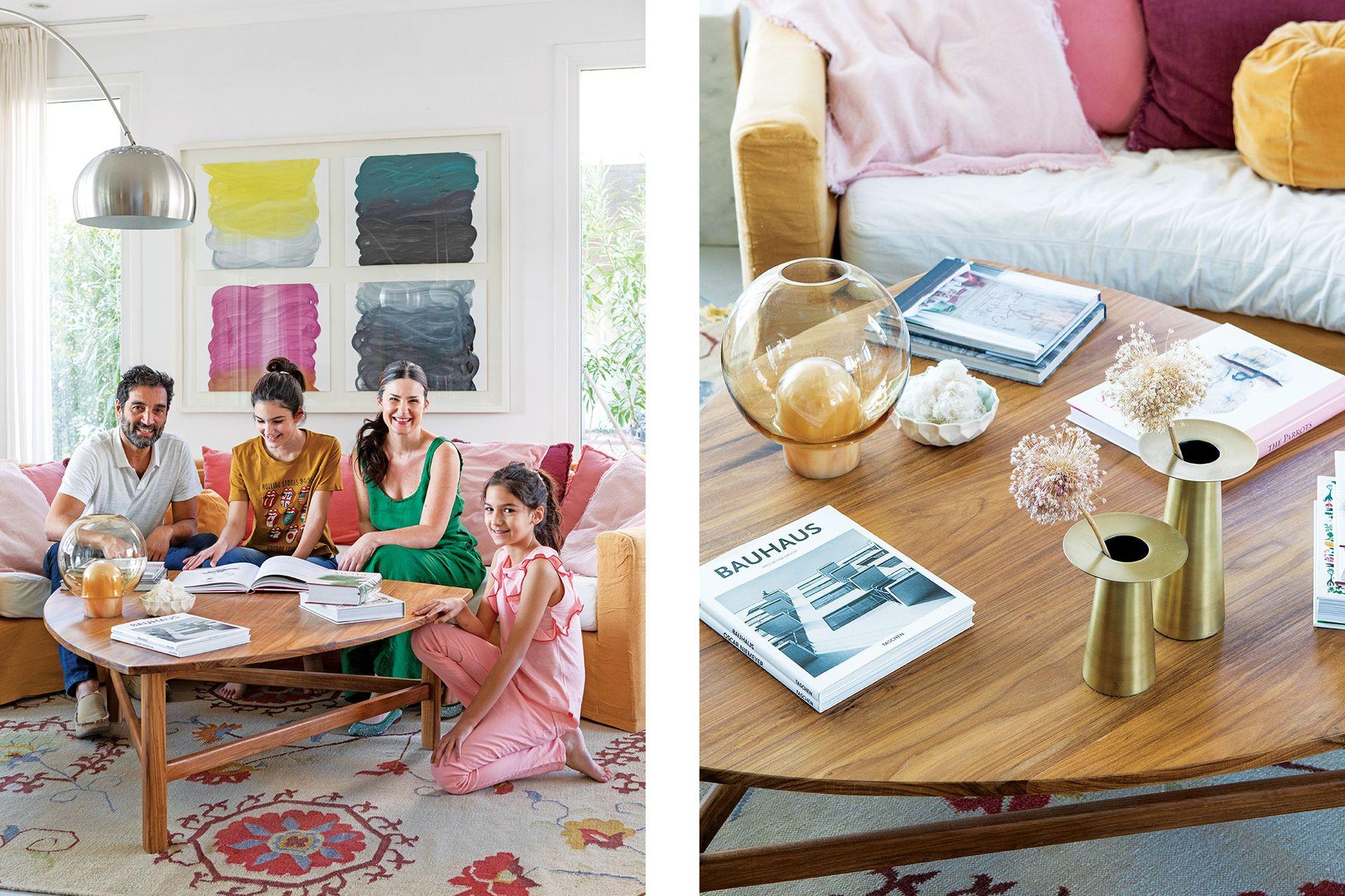 En una foto inusual que agradecemos, Carina posa junto con su marido y sus hijas. Sillón (Broca) tapizado en terciopelo. Sobre la mesa 'Triángulo' en petiribí (todo, Casa Almacén), floreros dorados (BoConcept Argentina).