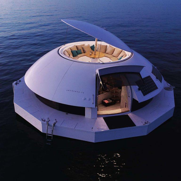 Anthénea cuenta con una terraza con capacidad para 12 personas