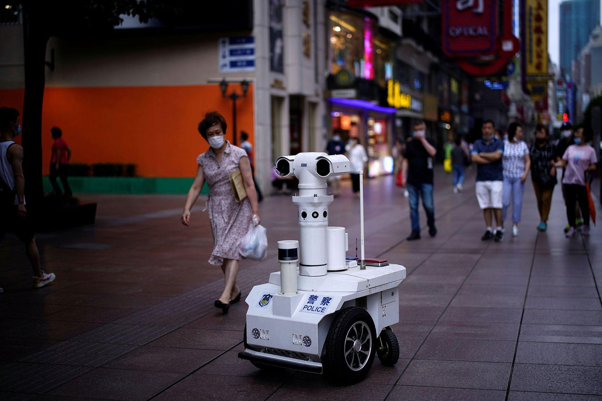 Vigilancia. Un robot policial circula por las calles de Shanghai, en junio