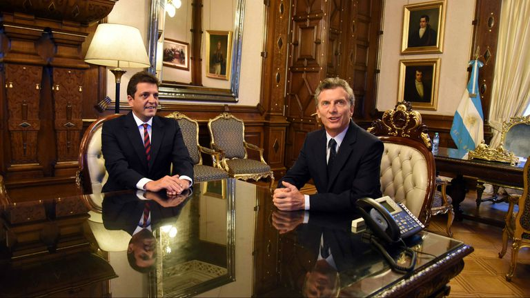 Macri firmó un decreto basado en un proyecto de Massa para que a las provincias se les restituya el 15 por ciento de coparticipación