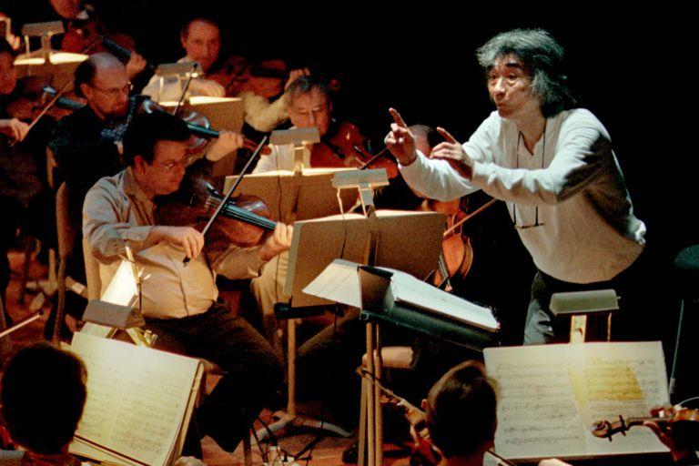 Seiji Ozawa estudió en Tokio y completó su formación en los Estados Unidos; en 1961, Leonard Bernstein lo incorporó como su asistente en la Filarmónica de Nueva York