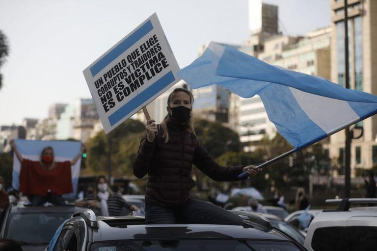 Carteles y banderas argentinas en el Obelisco