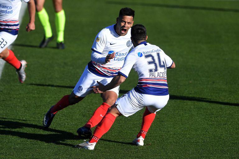 Nicolás Fernández festeja el gol convertido para San Lorenzo; fue el 1-0 ante Arsenal, en un encuentro válido por la primera fecha del torneo Liga profesional de Fútbol.