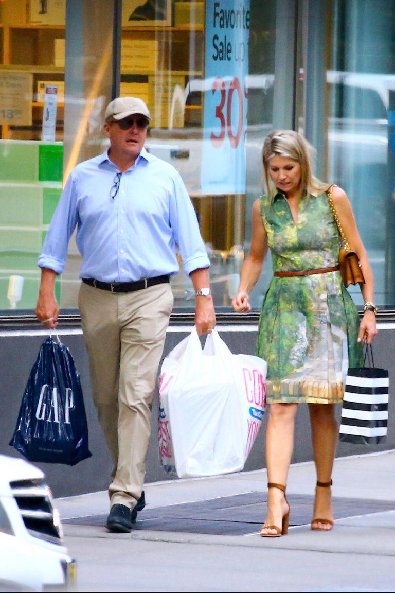 Luego, su Majestad salió de compras en compañía de su marido, el Rey.