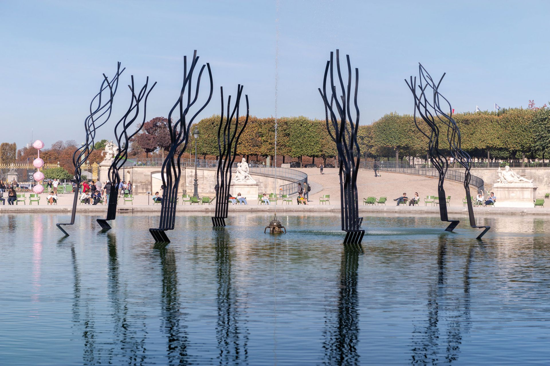 """""""Le Cercle"""" en el gran estanque octogonal de los jardines de Les Tuileries en París, otro estilo de banco de la serie Spaghetti."""