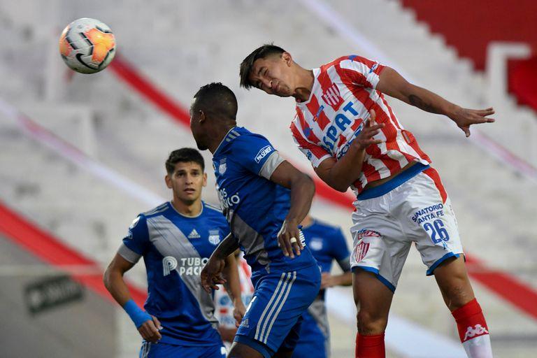 Martin Cañete cabecea durante el partido que disputa Unión de Santa Fe contra Emelec de Ecuador