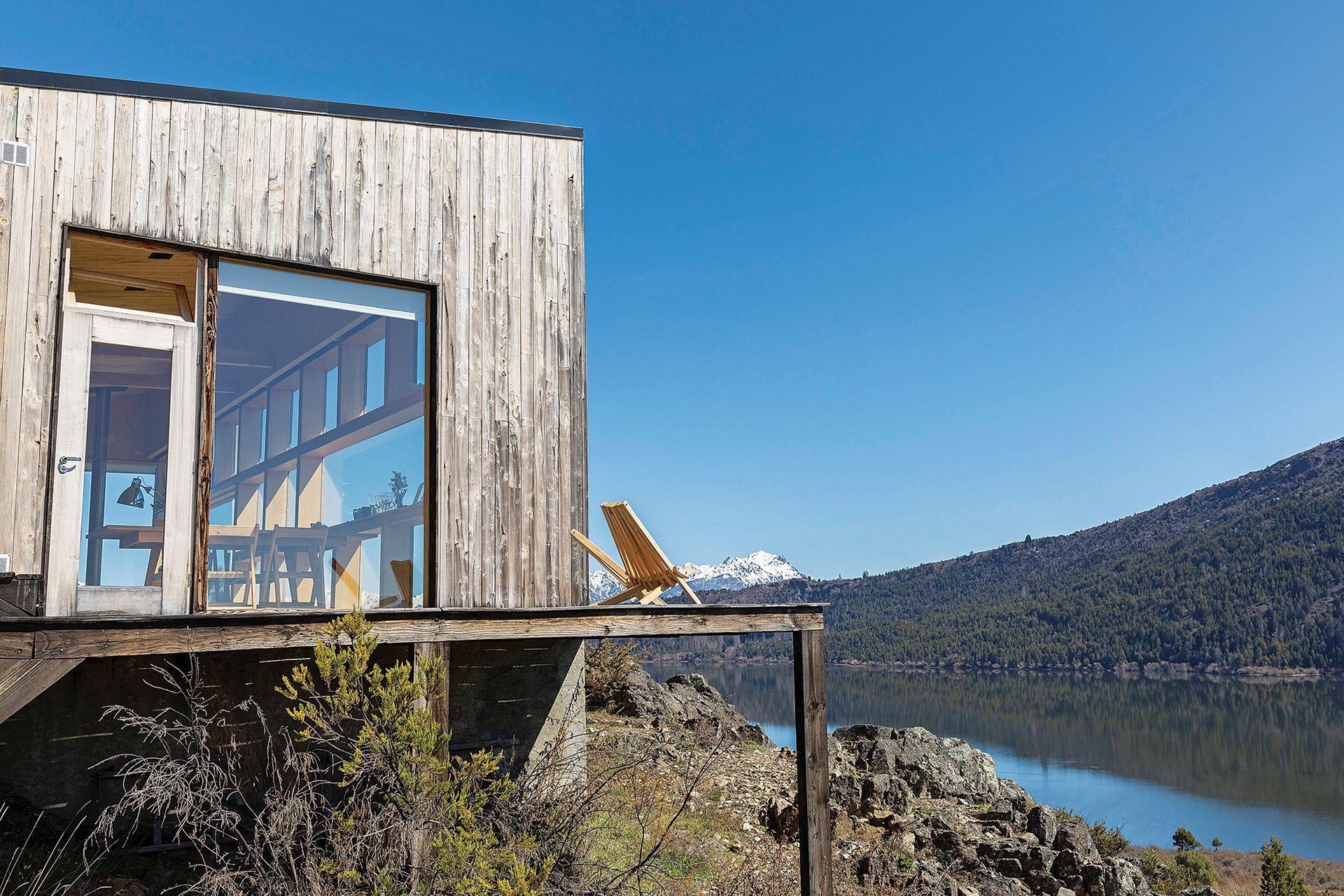 El deck rodea la casa y conecta la terraza este con la oeste. Desde ahí, puede verse el atardecer en la Cordillera de los Andes. Es de eucalipto, una madera que casi no requiere de mantenimiento en estas latitudes.