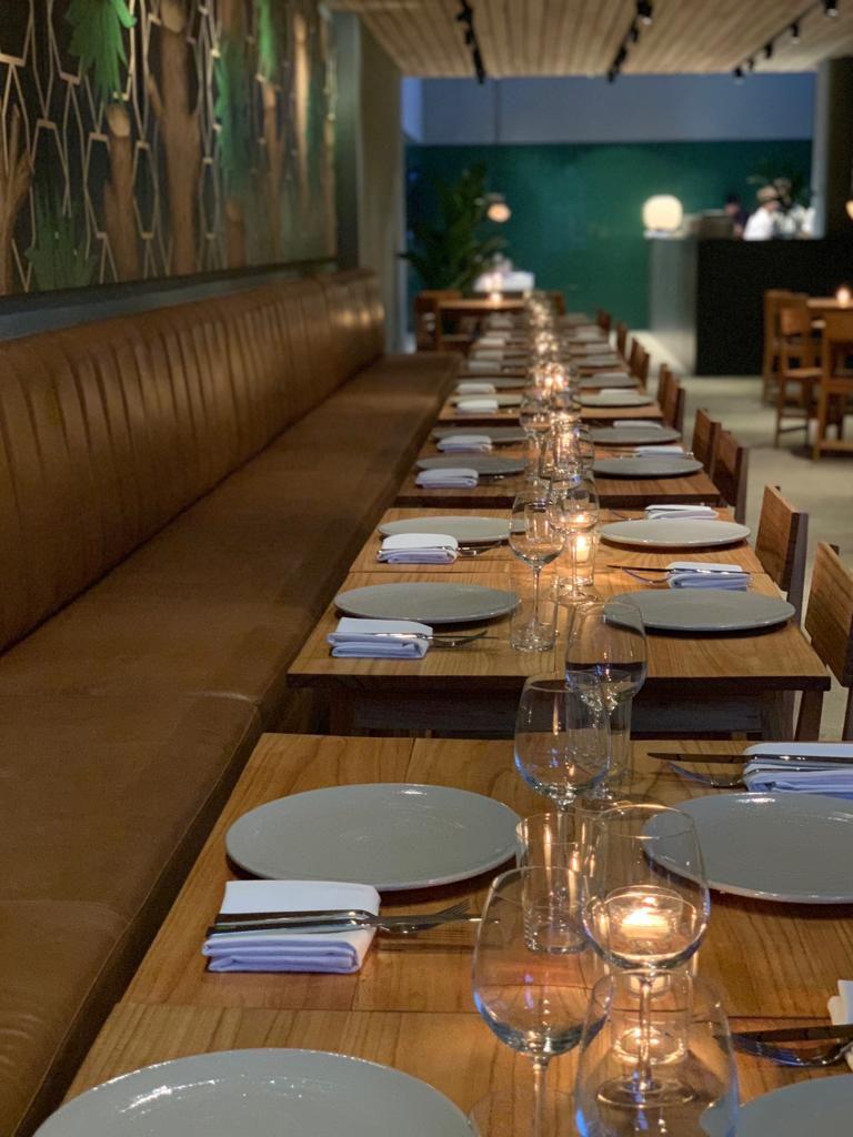 Una obra de arte, madera y cemento alisado definen la estética del restaurante