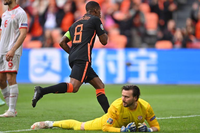 Georginio Wijnaldum celebra el tercer gol de Países Bajos ante Macedonia del Norte