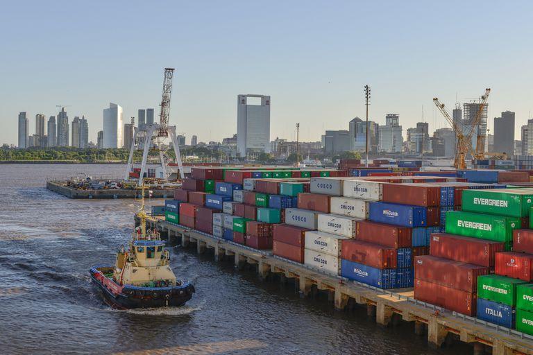 Una vista del puerto de Buenos Aires con la ciudad de fondo