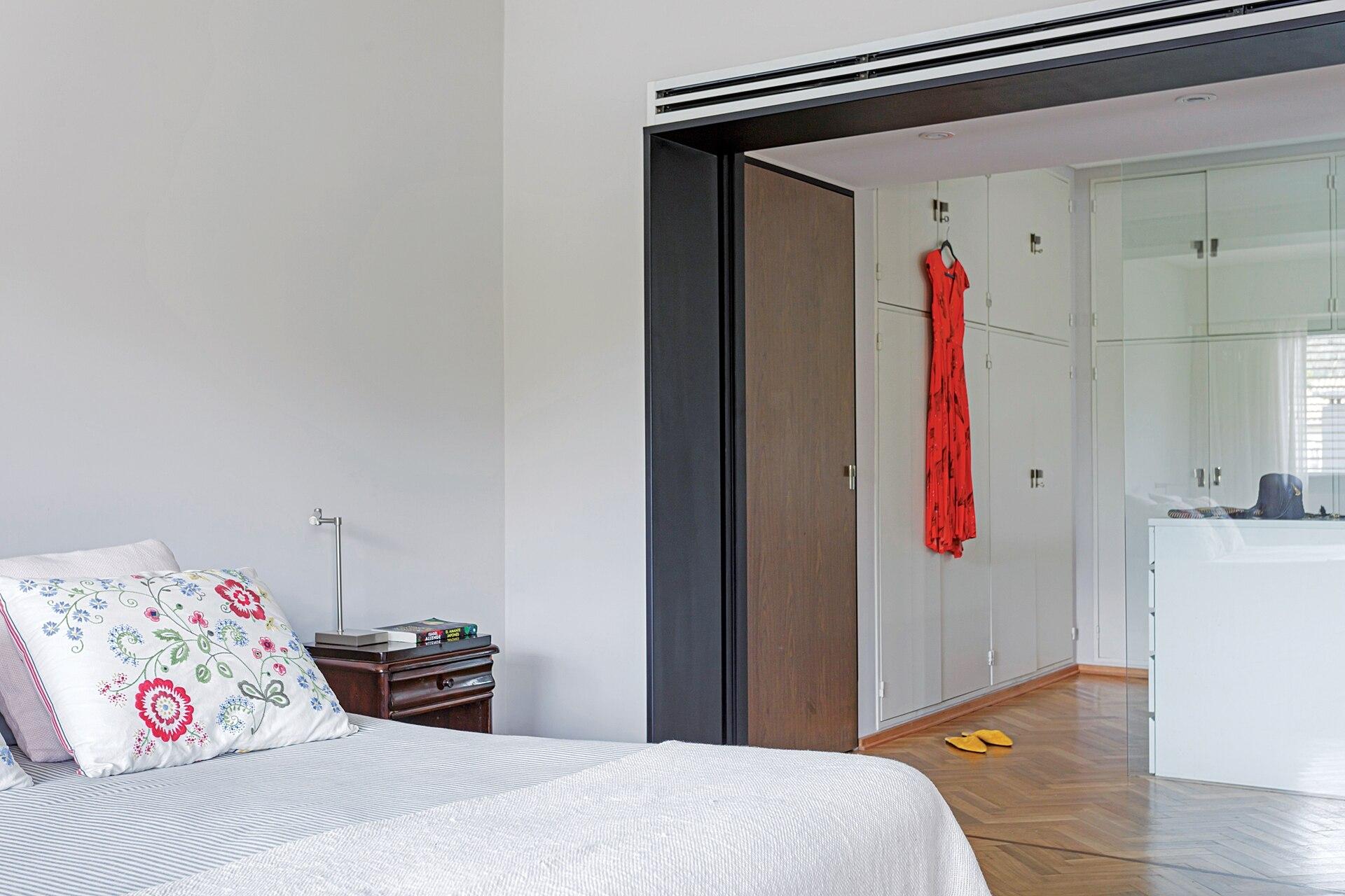 El vestidor toma lo que era el antiguo dormitorio. Un paño de vidrio divide esta zona, que también es antesala del baño.