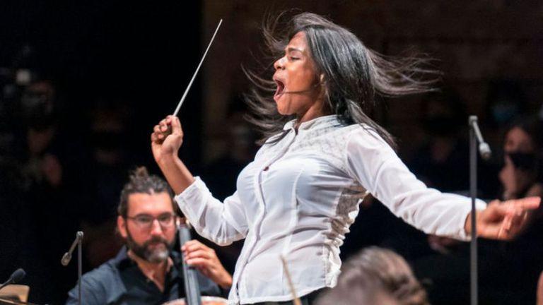 La joven venezolana que pasó de vender fruta a dirigir una orquesta en París