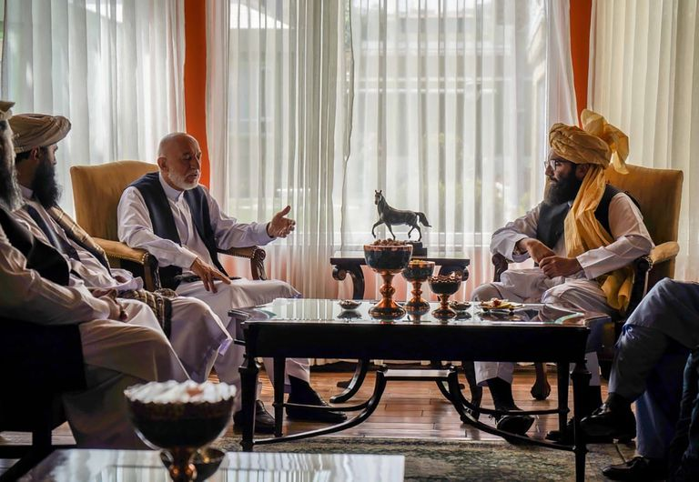 El ex presidente afgano Hamid Karzai (izquierda) se reunió con el líder del grupo Haqqani, Anas Haqqani (derecha) en Kabul (Taliban via AP)