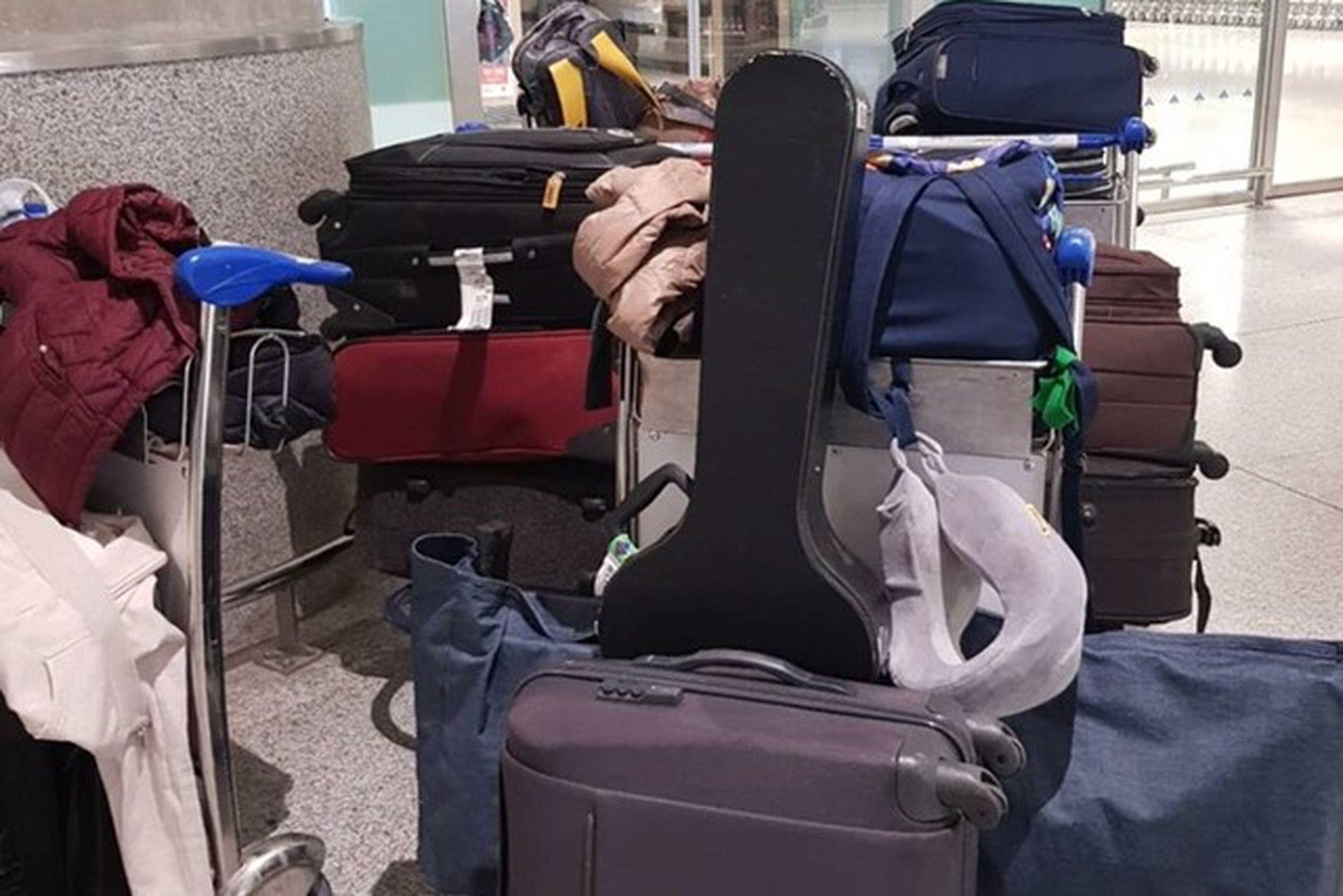 12 valijas, un teclado y una guitarra para mudarse