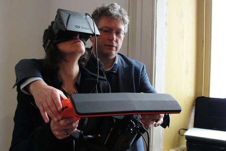 Henri Sedoux, fundador de Parrot, mostrando cómo se usa el control de realidad aumentada