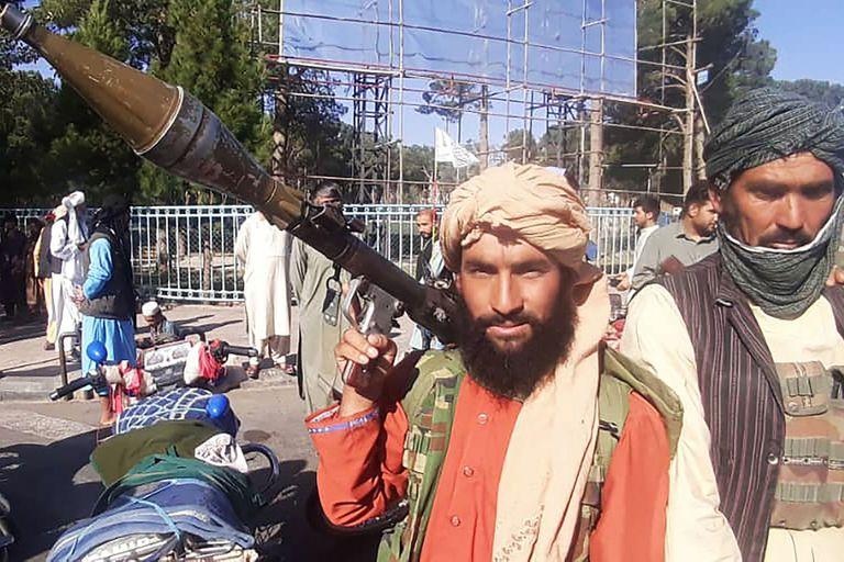 Un combatiente talibán sostiene una granada propulsada por cohete (RPG) a lo largo de la carretera en Herat, la tercera ciudad más grande de Afganistán