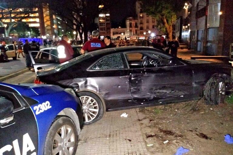 El vehículo que fue robado en el barrio de Mataderos, quedo sobre la vereda tras la persecución