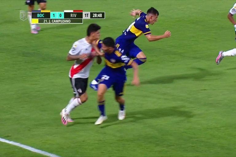 El codo de Campuzano ya impactó sobre el cuello de Carrascal. ¿Correspondía roja directa para el jugador de Boca?