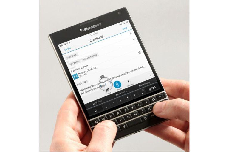 Un BlackBerry Passport, con teclado físico y pantalla de 4,5 pulgadas