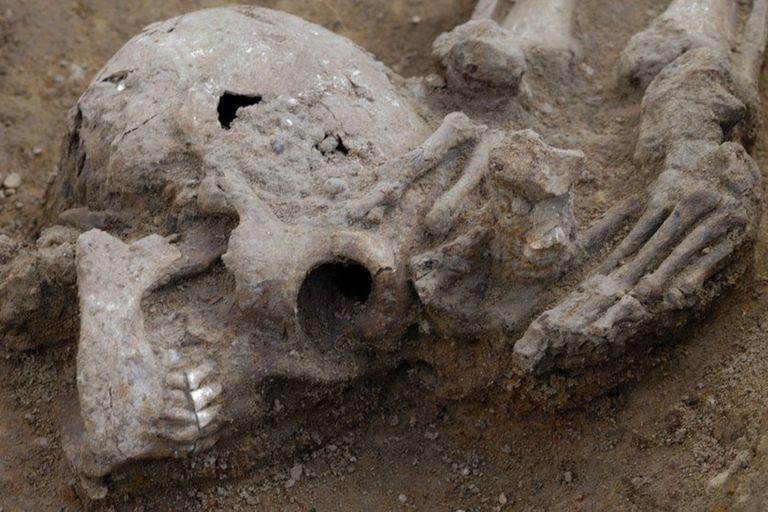 Las cabezas de todos los cuerpos fueron encontradas colocadas a los pies de las tumbas o entre las piernas de los muertos