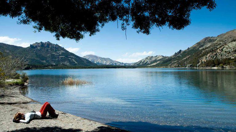 Siesta a orillas del lago Meliquina.