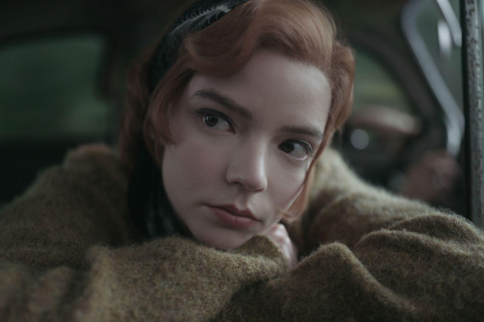 La actriz interpreta a Beth Harmon, una joven prodigio del ajedrez