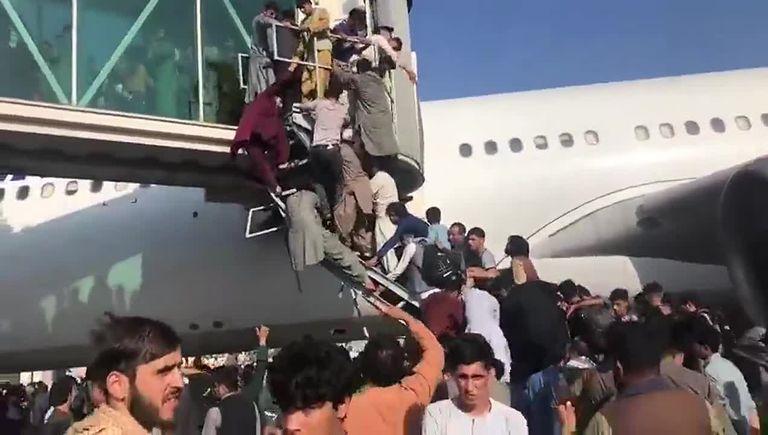 Caos en el aeropuerto de Kabul el lunes pasado, tras la toma de poder de los talibanes