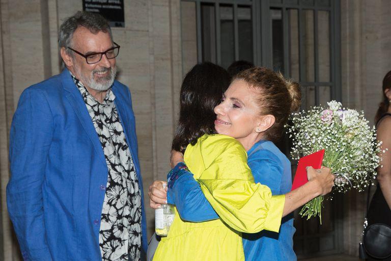 La emoción de madre e hija se manifiesta en un abrazo de Marina y Victoria Durand Cordero, que no se separó de su frasco de alcohol en gel. Detrás se lo ve a Benito que sonríe de felicidad.