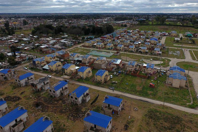 Las viviendas del barrio Los Ceibos están abandonadas hace más de diez años y, desde entonces existieron varios intentos de toma que no prosperaron, excepto por el último, que se sostiene desde hace 15 días