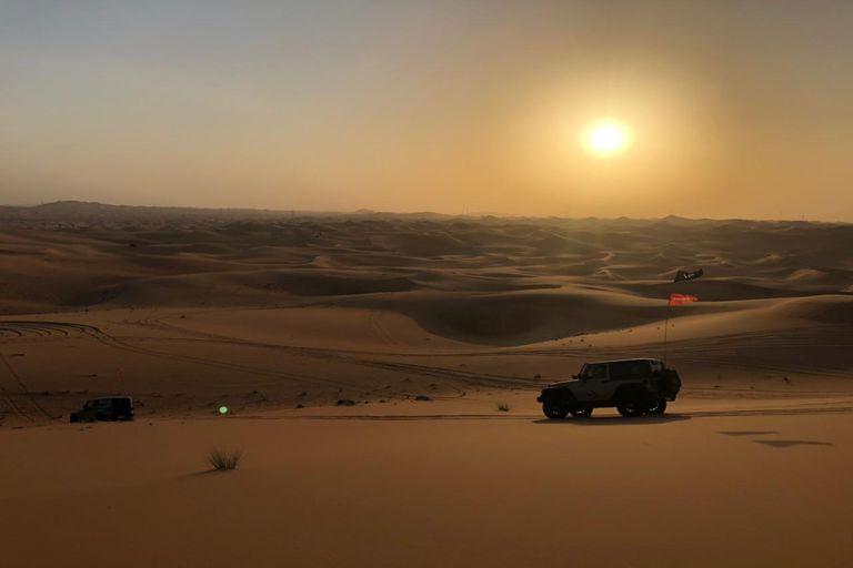 Una 4x4 en el desierto, en Dubai.