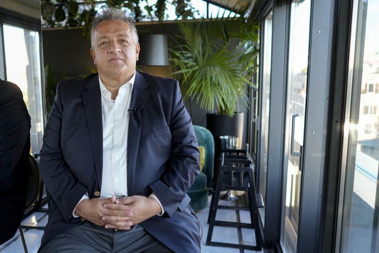 El cofundador y presidente de Moderna, Noubar Afeyan, escucha preguntas durante una entrevista con Associated Press, en Roma, el lunes 11 de octubre de 2021. (AP Foto/Andrew Medichini)