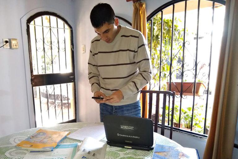 Enzo Aguirre saca fotos de los ejercicios y se los envía a sus alumnos, que para buscar señal de celular van hasta la alta montaña en un recorrido de dos horas a caballo