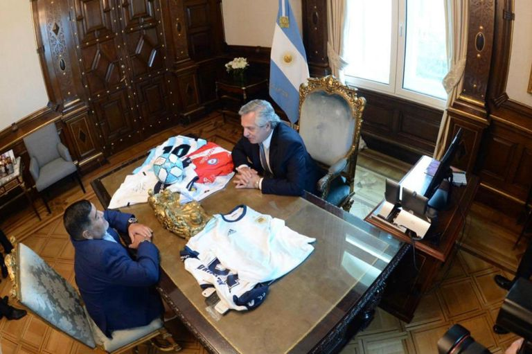 El exfutbolista conversa con el presidente de Argentina en el despacho de Fernández
