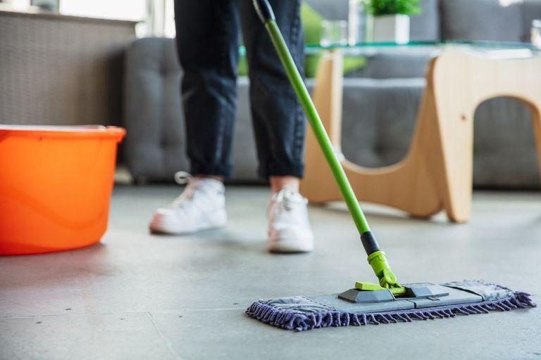 Para los objetos de uso común, como canillas, bacha, picaportes y cubiertos, especialistas proponen el uso de detergente o de alcohol diluido