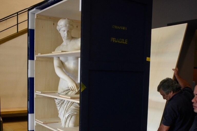Embalaje de la escultura Afrodita de Capua para regresar a Italia.