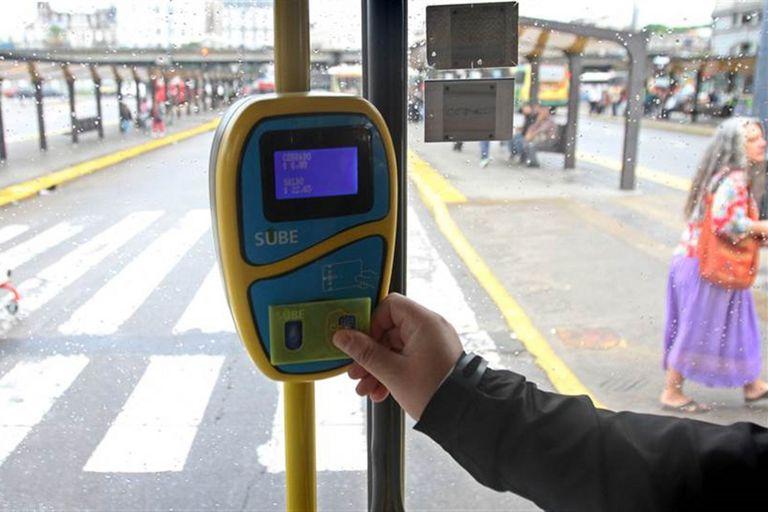 Desde hoy aumentarán las tarifas para colectivos y trenes en el área metropolitana. De esta manera, el boleto mínimo de colectivo pasará de $13 a $15