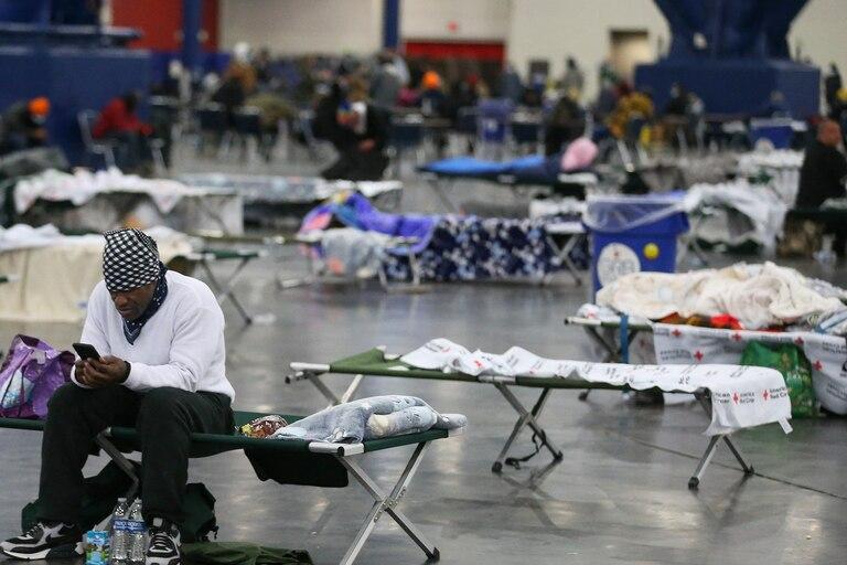 """El estado de Texas abrió 300 centros """"de calentamiento"""" para proteger a las personas del frío"""