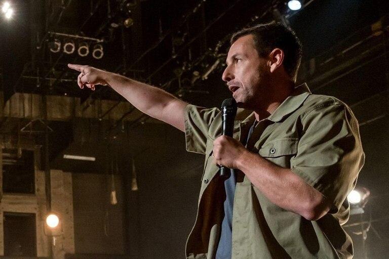 El mejor Adam Sandler aparece en 100% Fresh, un compilado de canciones, humor y sensibilidad más cerca de sus comienzos en Saturday Night Live que de sus películas para Netflix