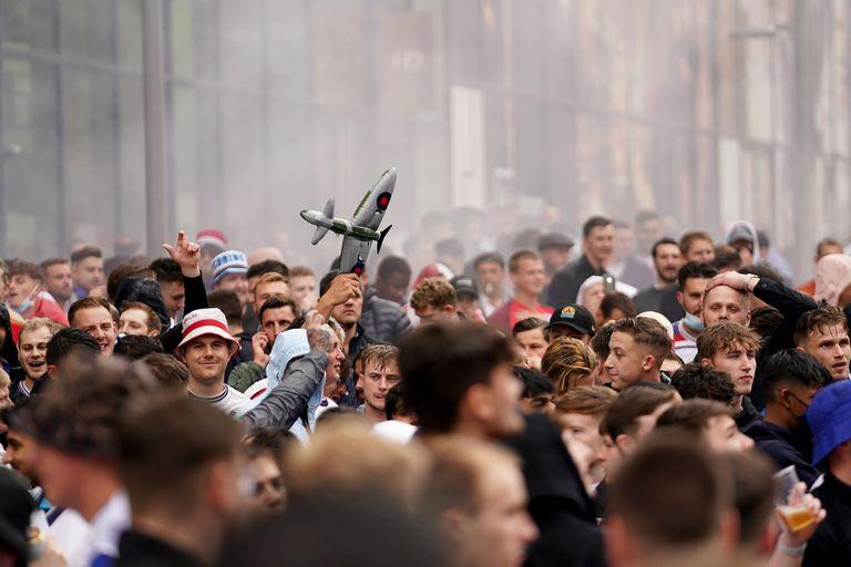 Fanáticos ingleses, con aviones de modelismo de la Segunda Guerra Mundial, se burlan de los alemanes en el estadio de Wembley